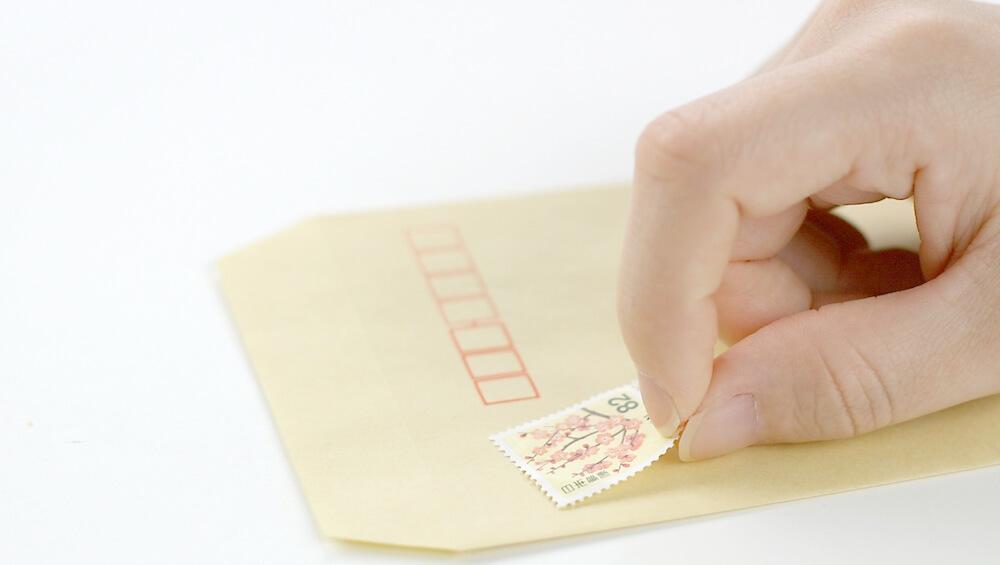 封筒に切ってを貼る